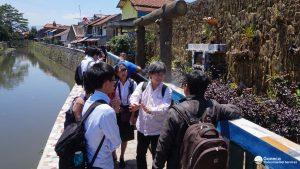 Gambar 1. Diskusi Tim Chuo University dengan tim GES di lokasi Sanimas kelurahan Cijuwara